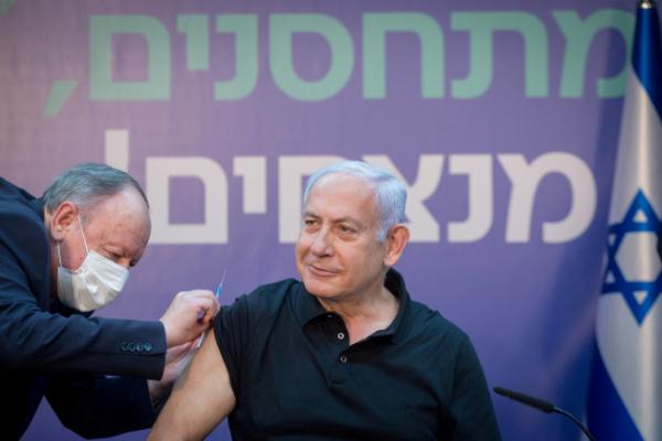 ▲베냐민 네타냐후 이스라엘 총리가 9일(현지시간) 이스라엘 라마트간 셰바메다컬센터에서 신종 코로나바이러스 감염증(코로나19) 백신을 맞고 있다. 라마트간/로이터연합뉴스