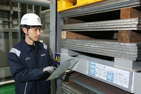 ▲현대제철 직원이 9% Ni 후판 제품을 점검하고 있다.  (사진제공=현대제철)