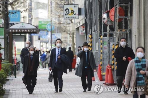 ▲도쿄에서 마스크를 쓴 사람들이 이동하고 있다.  (연합뉴스)