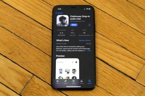 ▲스마트폰에 음성 기반 소셜미디어 앱 '클럽하우스' 서비스.   (AP연합뉴스)