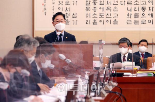 ▲박범계 법무부 장관이 22일 오전 서울 여의도 국회에서 열린 법제사법위원회 전체회의에 출석해 업무보고를 하고 있다. 신태현 기자 holjjak@