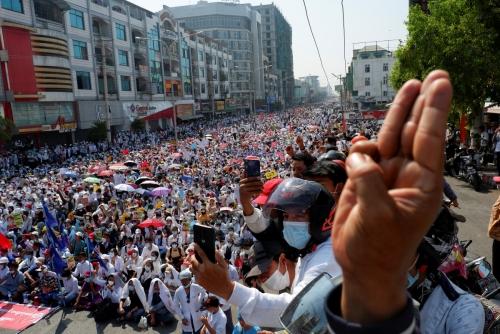▲22일(현지시간) 미얀마 군부 쿠데타에 항의하는 시민들이 제2 도시 만달레이 거리를 가득 메우고 있다. 만달레이/로이터연합뉴스