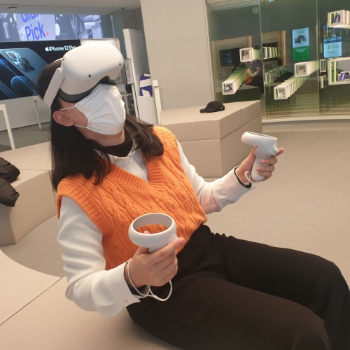 ▲박소은 이투데이 기자가 18일 서울 마포구 T팩토리에서 오큘러스 퀘스트2를 체험하고 있다.<br>