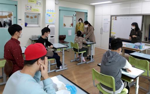 ▲유은혜 사회부총리가 특수학교 현장을 방문한 모습 (뉴시스)