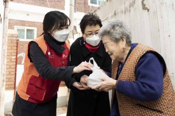 ▲SK네트웍스 구성원과 성내종합사회복지관 생활지원사가 도시락을 전달하고 있다.  (사진제공=SK네트웍스)