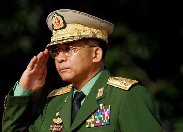 ▲민 아웅 흘라잉 미얀마군 최고사령관이 2016년 7월 19일 양곤에서 열린 순교자의 날 행사에 참석해 경례하고 있다.  (양곤/로이터연합뉴스)