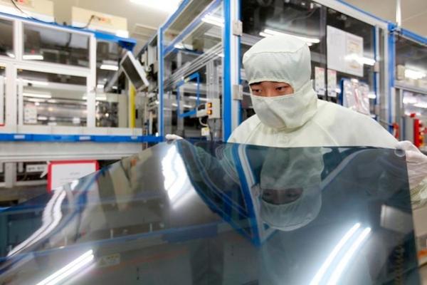 ▲LG디스플레이 직원이 TV용 LCD 패널을 생산하고 있다 (사진제공=LG디스플레이)