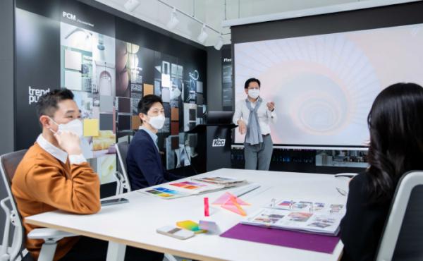 ▲KCC 직원들이 KCC 컬러&디자인센터에서 디자인 트렌드에 대한 이야기를 나누고 있다. (사진제공=KCC)