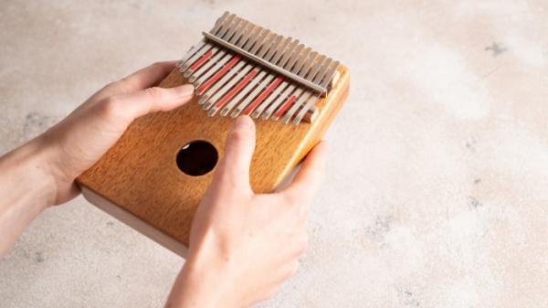 ▲칼림바는 작은 크기 덕분에 손가락 하프, 조롱박 피아노로도 불린다.  (게티이미지뱅크)
