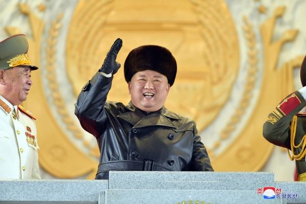 ▲열병식에 참석한 김정은 북한 국무위원장이 1월 14일 털모자를 쓴 채 웃고 있다. 평양/연합뉴스