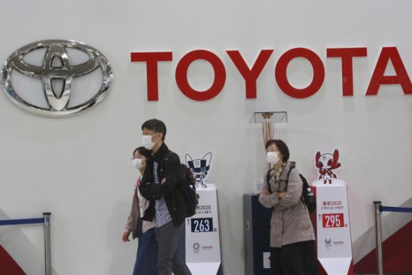 ▲일본 도쿄 시민들이 지난해 11월 2일 도요타자동차 매장 앞을 지나가고 있다. 도쿄/AP연합뉴스