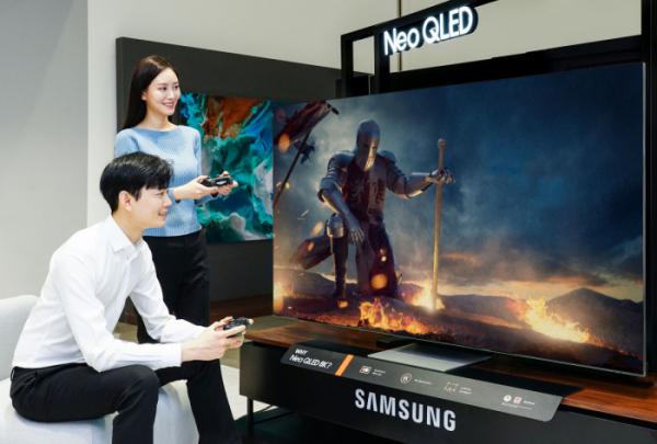 ▲삼성전자 모델이 삼성전자 수원사업장에서 Neo QLED TV의 게이밍 기능을 소개하고 있다. (사진제공=삼성전자)