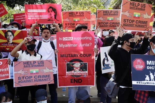 ▲미얀마 양곤의 중국 대사관 앞에서 14일 시위대가 중국의 미얀마 군부 지원에 항의하는 플래카드를 들고 시위하고 있다. 양곤/EPA연합뉴스