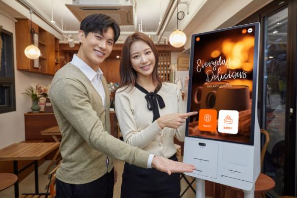 ▲삼성전자 모델이 서울 영등포구에 위치한 카페 '보은하다'에 설치된 신제품 '삼성 키오스크'를 소개하고 있다. (사진제공=삼성전자)