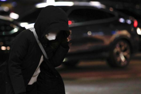 ▲강추위가 이어지고 있는 17일 오후 서울 중구 을지로입구역 인근에서 두꺼운 옷을 걸친 시민이 퇴근길 발걸음을 옮기고 있다. (뉴시스)