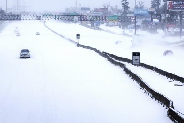 ▲15일(현지시간) 미 텍사스주 우드랜드에 밤새 내린 폭설로 인근 I-45 고속도로를 왕래하는 차량이 줄어 한산한 모습을 보인다. 우드랜드/AP뉴시스<br>