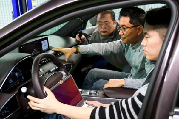 ▲현대차그룹 연구원들이 '커넥티드 카 인공지능 음성인식 기술'을 자동차에서 테스트하고 있다.  (사진제공=현대차)