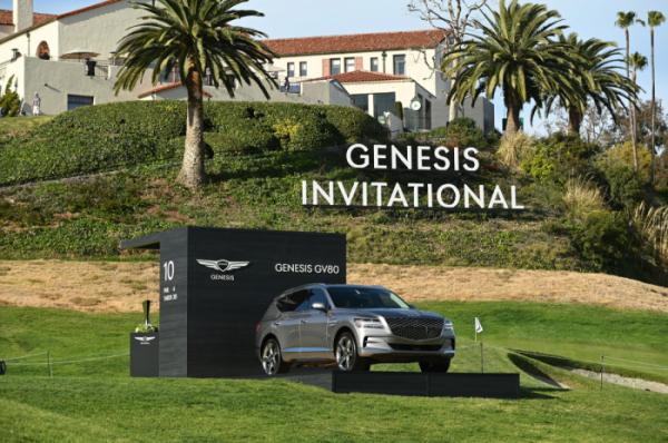 ▲'2021 제네시스 인비테이셔널'이 개최되는 리비에라 컨트리 클럽 10번홀에 우승자에게 제공되는 제네시스 SUV GV80이 전시돼 있다.  (사진제공=제네시스)
