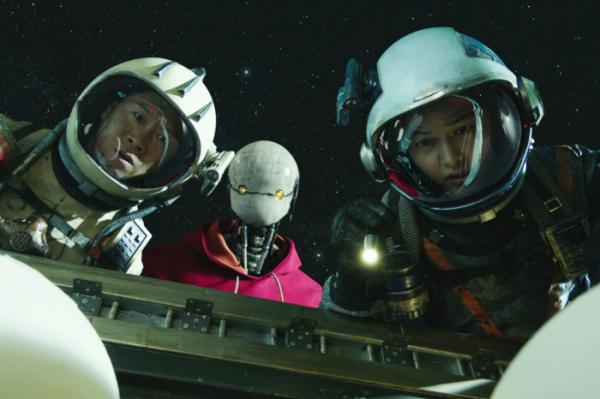 ▲승리호는 우주 공간을 실감나게 그리며 CG면에서 호평을 받았지만, 전형적인 한국 영화 공식을 답습한 서사는 아쉽다는 평이 많았다.  (출처=넷플릭스)