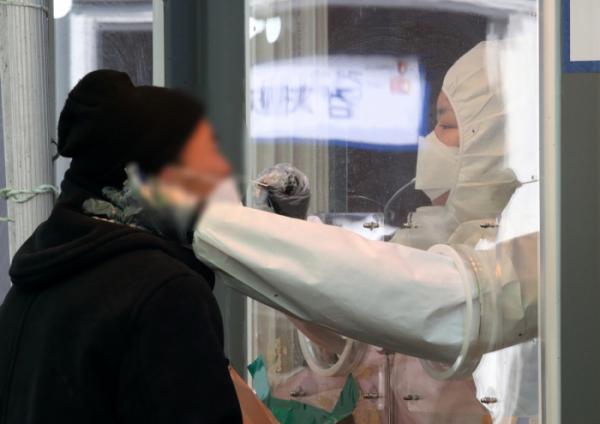 ▲19일 오전 서울 중구 서울역광장에 마련된 코로나19 중구임시선별검사소에서 의료진이 검체 채취를 하고 있다. (뉴시스)