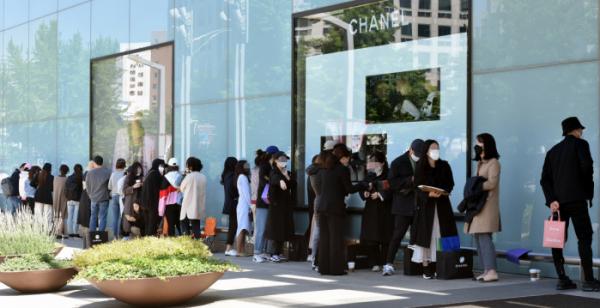 ▲프랑스 명품 샤넬의 가격 인상 소식이 알려진 13일 오전 대구 중구 현대백화점 앞에서 시민들이 제품을 구매하기 위해 줄지어 백화점 개장 시간을 기다리고 있다. 2020.05.13.lmy@newsis.com (뉴시스)