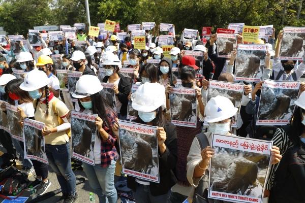 ▲14일(현지시간) 미얀마 시위대가 뇌사 상태에 빠진 미야 테 테 카인의 사진을 들고 시위를 하고 있다. 만달레이/AP뉴시스