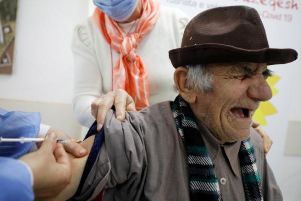 ▲알바니아 피어르에서 19일(현지시간) 한 남성이 화이자의 신종 코로나바이러스 감염증(코로나19) 백신을 맞으며 표정을 찡그리고 있다. 피어르/로이터연합뉴스