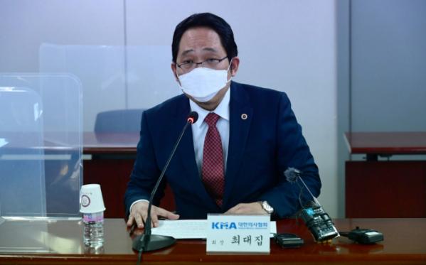 ▲최대집 대한의사협회장이 18일 서울 용산구 대한의사협회에서 열린 '코로나19 대응 및 백신 접종 계획 관련 국민의당-대한의사협회 간담회'에서 모두발언을 하고 있다. 신태현 기자 holjjak@ (이투데이DB)