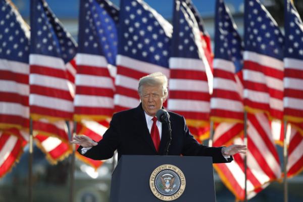▲도널드 트럼프 전 미국 대통령이 지난달 20일(현지시간) 매릴랜드주 앤드루스 공군기지에서 환송식 연설을 하고 있다. 앤드루스 공군기지/AP뉴시스