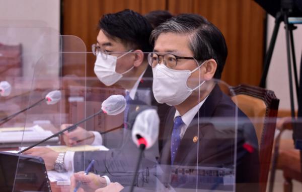 ▲변창흠(오른쪽) 국토교통부 장관이 22일 국회에서 열린 국토교통위원회 전체회의에서 의원 질의에 답변하고 있다. (연합뉴스)