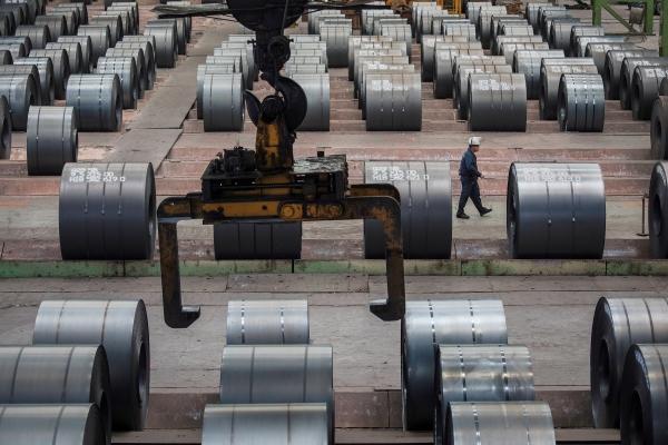 ▲2018년 8월 6일 중국 충칭시 창저우에 있는 충칭철강공장에서 한 근로자가 철제 롤 사이를 지나쳐 가고 있다. 충칭/로이터연합뉴스
