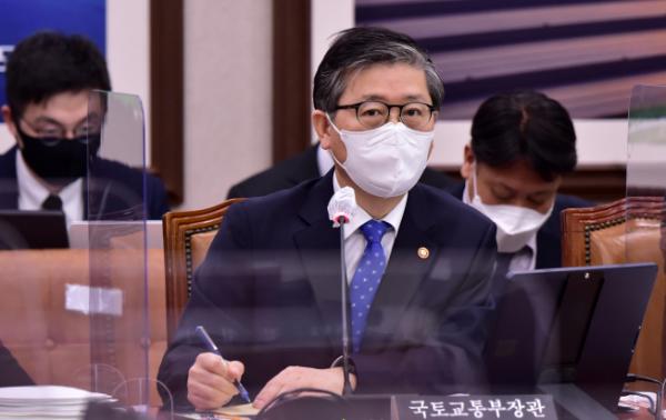 ▲변창흠 국토교통부 장관이 22일 국회에서 열린 국토교통위원회 전체회의에서 답변하고 있다.   (연합뉴스)