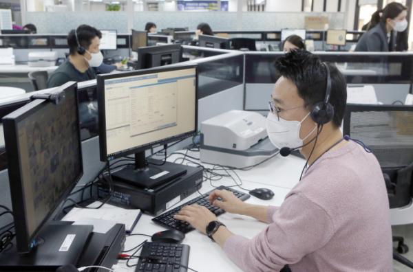 ▲신한은행 디지털영업부 직원들이 일하고 있다. (사진제공= 신한은행)