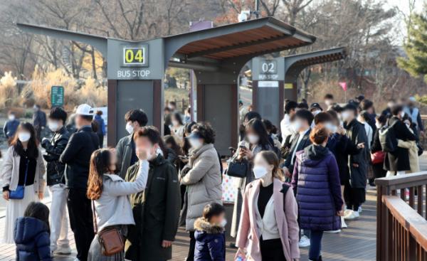 ▲사회적 거리두기 단계가 수도권 2단계, 비수도권 1.5단계로 완화되고 첫 휴일을 맞은 21일 오후 서울 중구 남산을 찾은 시민들이 남산타워 버스 정류장에 빼곡히 모여있다.  (뉴시스)