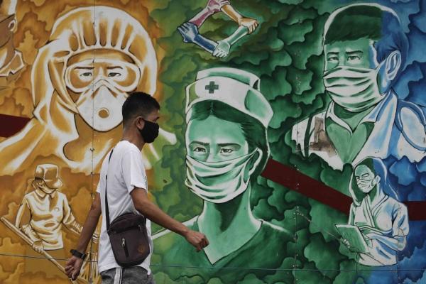 ▲22일(현지시간) 한 남성이 필리핀 파시그 병원 앞에 그려진 벽화를 지나고 있다. 파시그/AP연합뉴스
