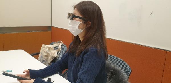 ▲이지민 이투데이 기자가 18일 서울 용산구 LG유플러스 본사에서 'U+리얼글래스'를 체험하고 있다.