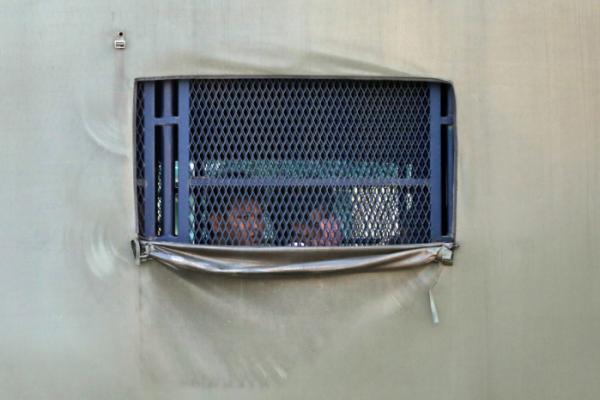 ▲본국 송환 대상 미얀마 이주민을 태운 트럭이 23일(현지시간) 말레이시아 쿠알라룸푸르 외곽 루무트 해군기지로 이동하고 있다. 루무트/로이터연합뉴스