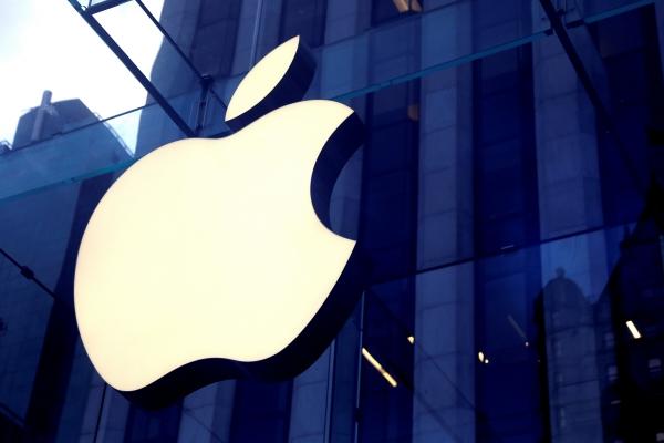 ▲미국 뉴욕 맨해튼 5번가에 있는 애플 스토어 입구에 애플 로고가 걸려 있다. 뉴욕/로이터연합뉴스<br>