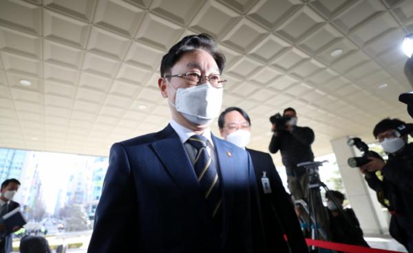 ▲박범계 법무부 장관이 24일 오후 대전시 서구 둔산동 대전고등검찰청으로 들어가고 있다. (연합뉴스)