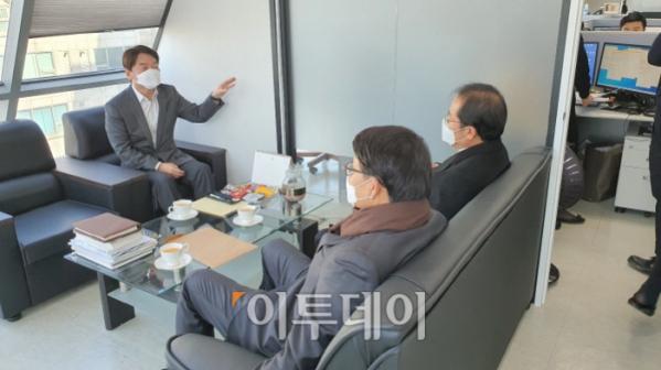▲24일 오후 국민의당 당사에서 안철수 국민의당 대표(왼쪽)와 윤상현 무소속 의원, 홍준표 무소속 의원이 대화를 하고 있다.
