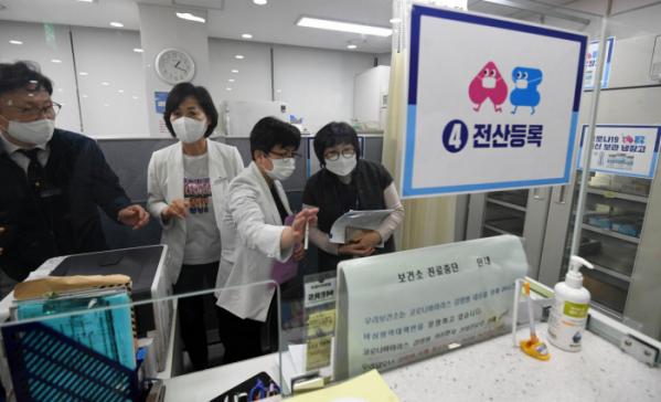 ▲아스트라제네카(AZ) 코로나19 백신 접종을 하루 앞둔 25일 서울 송파구보건소에서 보건소 관계자들이 예상접종실에서 분주히 움직이고 있다. (뉴시스)
