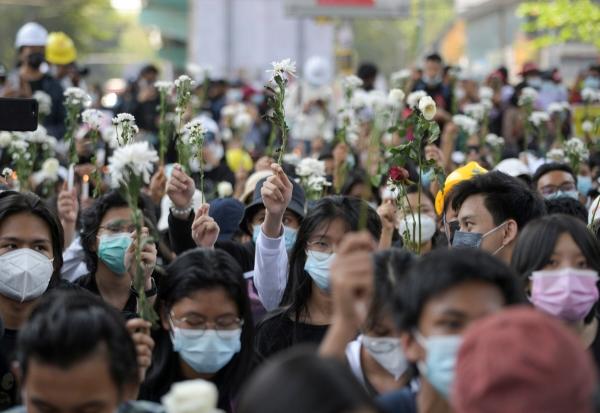 ▲미얀마 최대 도시인 양곤에서 24일(현지시간) 군부 쿠데타 규탄 시위대가 꽃을 들고 집회를 벌이고 있다. 양곤/로이터연합뉴스