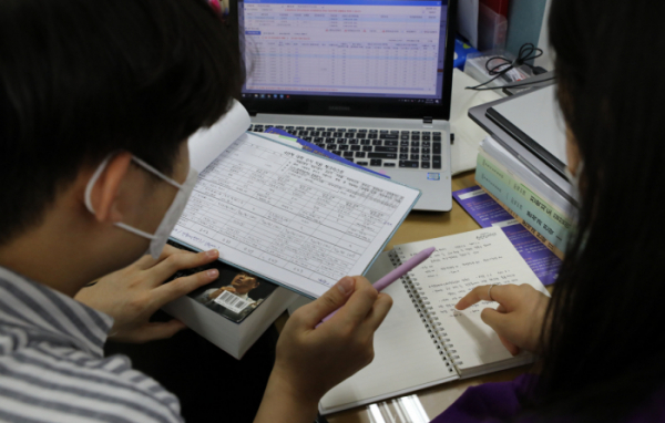 ▲대학 수시모집 원서접수가 시작된 지난해 9월 23일 오후 서울 구로구 경인고등학교에서 선생님과 고3 학생이 대학 수시모집 관련 상담을 하고 있다. (뉴시스)