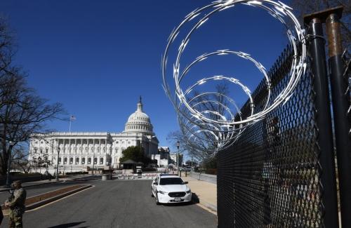 ▲3일(현지시간) 보안 강화 차원에서 미국 의사당 주변에 철조망이 설치 됐다. 워싱턴D.C./UPI연합뉴스 <br>