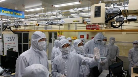 ▲이재용 부회장이 삼성전자 온양사업장을 찾아 반도체 패키징 라인을 살펴보는 모습 (사진제공=삼성전자)