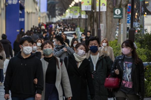▲일본 시민들이 마스크를 쓴 채 거리를 걷고 있다. 도쿄/AP연합뉴스