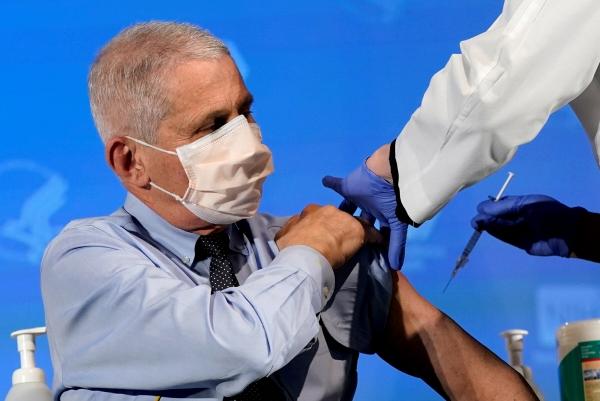 ▲앤서니 파우치 국립알레르기·전염병연구소(NIAID) 소장이 지난해 12월 22일(현지시간) 국립보건원(NIH)에서 모더나 백신을 공개 접종하고 있다. 베데스다/로이터연합뉴스