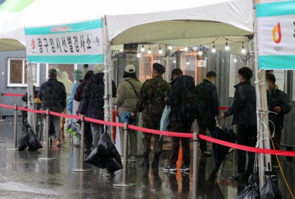 ▲서울 중구 서울역앞 임시 선별 검사소에서 검사를 받으려는 시민들이 줄지어 서 있다.  (뉴시스)