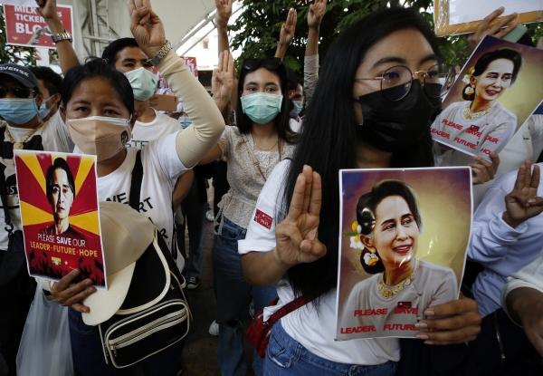 ▲태국 방콕 시내에서 미얀마인들이 지난달 28일(현지시간) 아웅산 수치 미얀마 국가고문 사진을 들고 민주화 시위를 하고 있다. 수치 국가고문은 1일 온라인으로 진행된 네피도 법원 첫 심리에서 모습을 나타냈다. 방콕/EPA연합뉴스