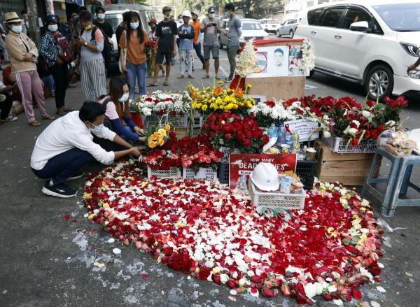 ▲미얀마 양곤에서 1일 시민들이 전날 시위 도중 사망한 20세 여성을 추모하는 꽃을 놓고 있다. 전날 군경의 민주주의 시위 유혈 진압으로 최소 18명이 사망하는 '피의 일요일' 비극이 벌어졌다. 양곤/EPA연합뉴스